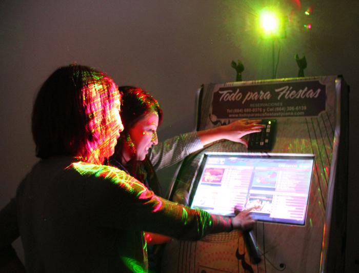 Contamos con Renta de Rockolas en Tijuana para fiestas, Eventos especiales, te la llevamos a domicilio. Son nuevas y están en constante actualización.